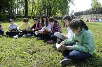 """Los niños de O Piñeiriño llevan al parque do Castriño su actividad """"Lendo polo mundo"""""""